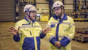 Jyrki Heinimaa och Antti Kaikkonen samtalar under varvsbesöket.
