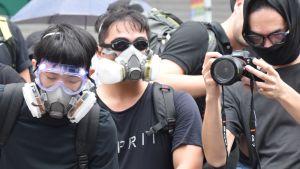 Militanta demonstranter uppskattas ha orsakat skador på miljontals euro när de har vandaliserat metrostationer. Demonstranterna fortsätter ändå att vara populära bland folket.