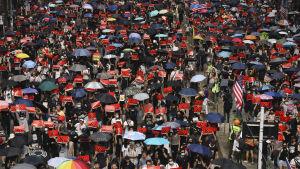 Demonstranter tågade med paraplyer under den otillåtna marchen från Causeway Bay till Admiralty.