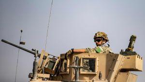 Det här fotot fick stor uppmärksamhet i sociala medier på söndagen. En retirerande amerikansk soldat har ett kurdiskt emblem på ärmen. Det är den kvinnliga kurdiska brigaden YPJ:s emblem.