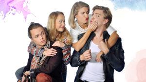 Uusi Päivä kuudes kausi. Kuvassa Tomi Karhu (Antti Väre), Sonja Ollila (Hennariikka Laaksola), Krista Kortelainen (Thelma Siberg) ja Reino Tuominen (Aku Sipola).