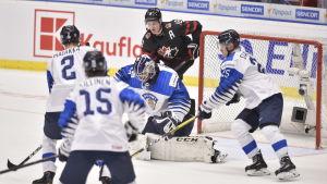 Justus Annunen räddar ett skott mot Kanada.