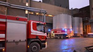 Brandbilar framför krafverket på Vasklot i Vasa.
