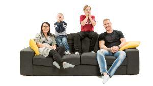 Laura, Aamos, Akseli ja Ville istuvat sohvalla.