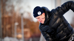 Jesse Puljujärvi leker med pucken på uteis i Uleåborg, januari 2020.