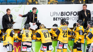 SaiPas chefstränare Teor Lehterä (i mitten) delar ut direktiv till spelarna.