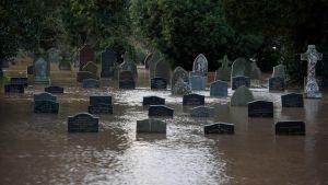 En begravningsplats i Tenbury Wells som svämmat över av flodvatten från River Teme.