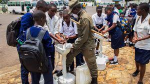 En tillfällig handtvättningspunkt i Kigali, Rwanda 16.3.2020