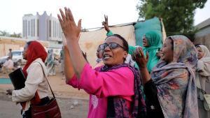 Sudanesiska kvinnor ropade sloganer under en demontration i centrum av huvudstaden Khartoum den 23 maj 2019.