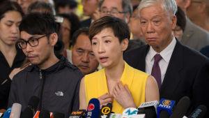 Parlamentarikern Tanya Chen håller presskonferens.