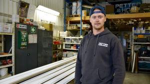 Petter Isaksson står i arbetshallen.