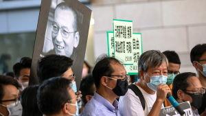 Den 71 årige Jimmy Lai (med mikrofon) har stått i främsta ledet för protesterna och han har åtalats och gripits flera gånger.