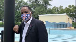 Delstatssenatorn Darius J.Brown i Wilmington, Delaware, vid utomhusbadet som döpts efter Joe Biden.