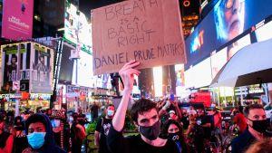 Protester för den döde afroamerikanen Daniel Prude i New York.