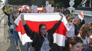 Kvinnor i långa rader demonstrerar i Minsk.
