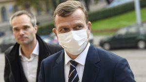 Två män med munskydd.