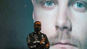 Valtteri Bottas på podiet i Abu Dhabi.