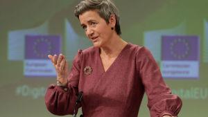EU-kommissionären Margrethe Vestager gestikulrerar och talar