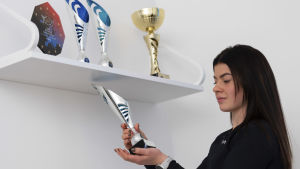 Pernilla Böckerman visar upp sina priser.