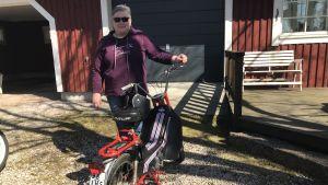 Mona Söderblom står vid sin moped