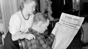 Neiti S-L Väkevä ja vänrikki Otso Pietinen lukevat sanomalehteä 22.6.1941.