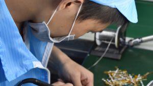I Kina är alla företag förpliktade att förse sina anställda med andningsmasker. Det är inte lätt att få tag på masker, så förordningen försvårar företagens verksamhet.