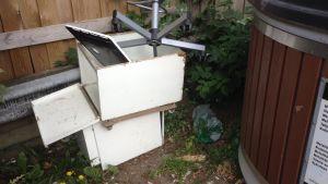 Metall och elektonik dumpade vid ekopunkten i Gumbostrand i Sibbo