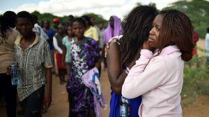 Universitetsstuderande sörjer sina döda studiekamrater i Garissa den 3 april.