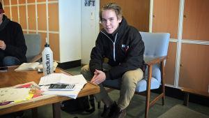 Max Österberg går första året vid Lärkan. han läser på ett matematikprov som han msåte skriva om pga underkänd.