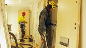TVå byggarbetare på arbetsplats i kasberget, där det gör ett stambyte på två veckor.