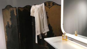 En vikskärm från 1700-talet och ett sminkbord med en Chanel-parfym.
