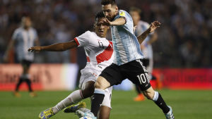 Lionel Messi dribblar med bollen.