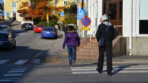 Människor som går över skyddsvägen i Borgå centrum.