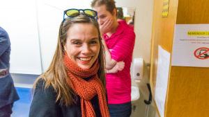 Katrin Jakobsdottir vid en vallokal där hon ska rösta i valet 2017.