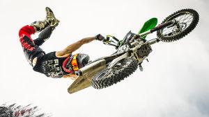 Sebastian Westberg flyger fram med sin motorcykel