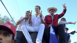 Oppositionens presidentkandidat i Honduras sitter på ett bilflak med före detta presidenten Manuel Zelaya under en demonstration i huvudstaden Tegucigalpa.