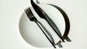 En tallrik med kniv och gaffel