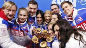 Rysslands konståkare visar upp sina medaljer i Sotji 2014.