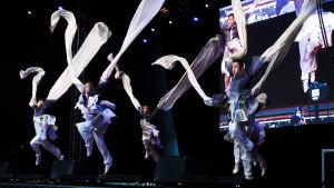 Kungfu-gruppen Long Yun uppträder på en scen vid Centralgatan i Helsingfors under firandet av det kinesiska nyåret 2018.