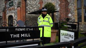 En polis utanför puben The Mill, där man nu också hittat spår av nervgift.