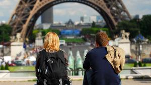 Unga tittar på Eiffeltornet i Paris.