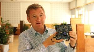 Christian Lindholm är vd för mjukvaruföretaget Koru som tillverkar operativsystem för smarta klockor och annan bärbar elektronik.