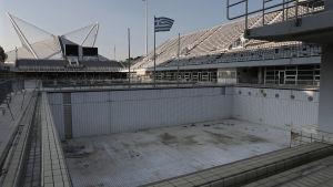 en tom simbassäng på en simstadion i aten. bassängen användes vid simhoppningstävlingarna under olympiska spelen i aten 2004