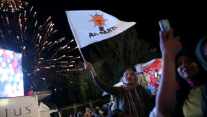 Anhängare till turkiska AK-partiet firar valseger i Ankara.