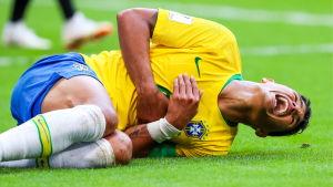 Neymar ligger i gräset