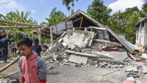 Jordskalven på söndagen krävde minst 16 dödsoffer medan hundratals byggnader förstördes