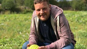 micke björklund håller i en melon