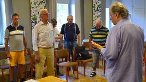 Teppo Salakka leder Runebergskören under övning.