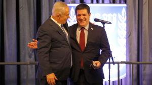 Israels premiärminister Benjamin Netanyahu och Paraguays president Horacio Cartes  klappar förnöjt om varandra i maj 2018 då Paraguay öppnade sin ambassad i Jerusalem