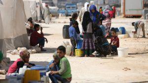 På flykt från Idlib i Syrien